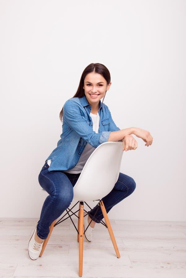 Immagine donna sorridente dei giovani di riuscita che si siede su una sedia o fotografia stock libera da diritti