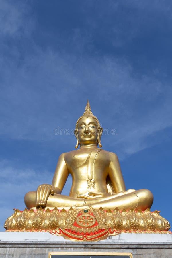Immagine dorata di budha sul fondo del cielo blu immagini stock libere da diritti