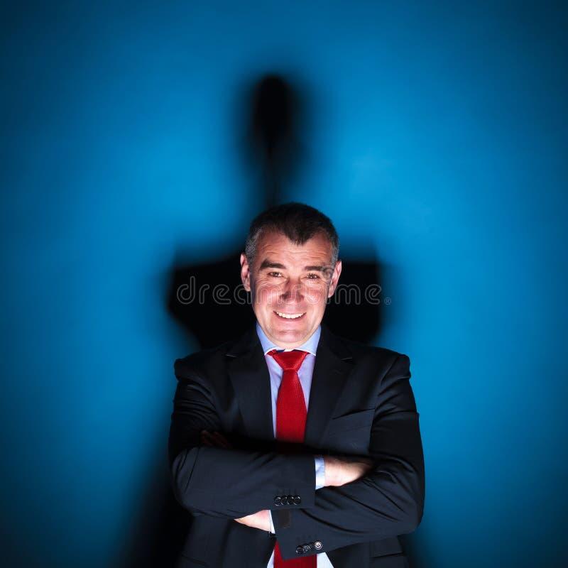 Immagine drammatica di un sorridere senior dell'uomo di affari immagine stock libera da diritti