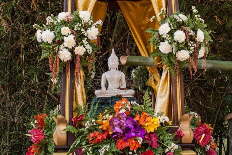 Immagine e fiori di Buddha fotografie stock
