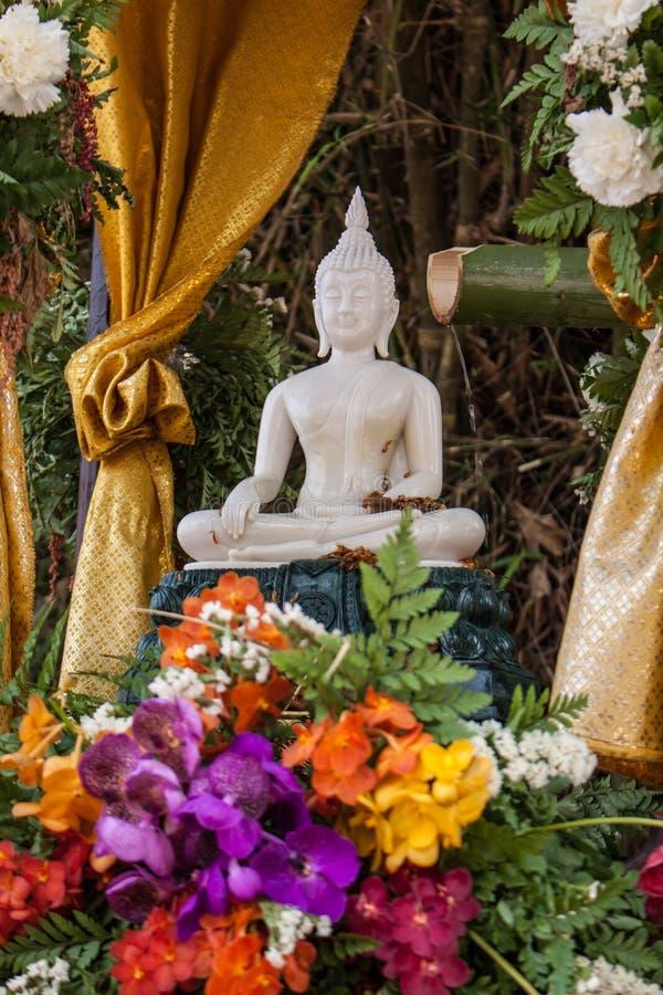 Immagine e fiori di Buddha fotografia stock libera da diritti