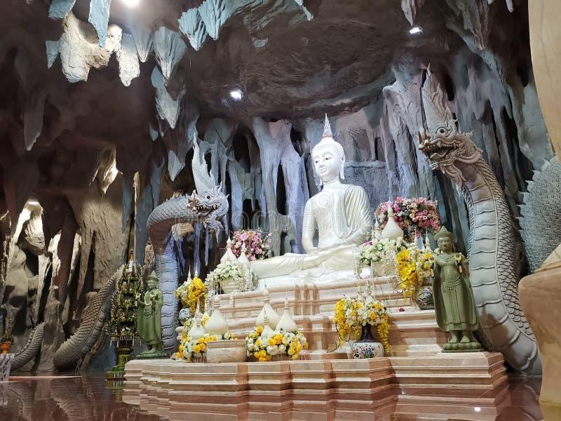 Immagine e Naga di Buddha nella caverna del tempio del ‹di Thai†immagine stock