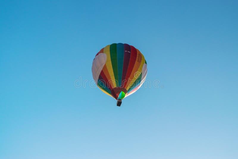 Immagine editoriale della mongolfiera o dell'aerostato nel cielo blu immagini stock