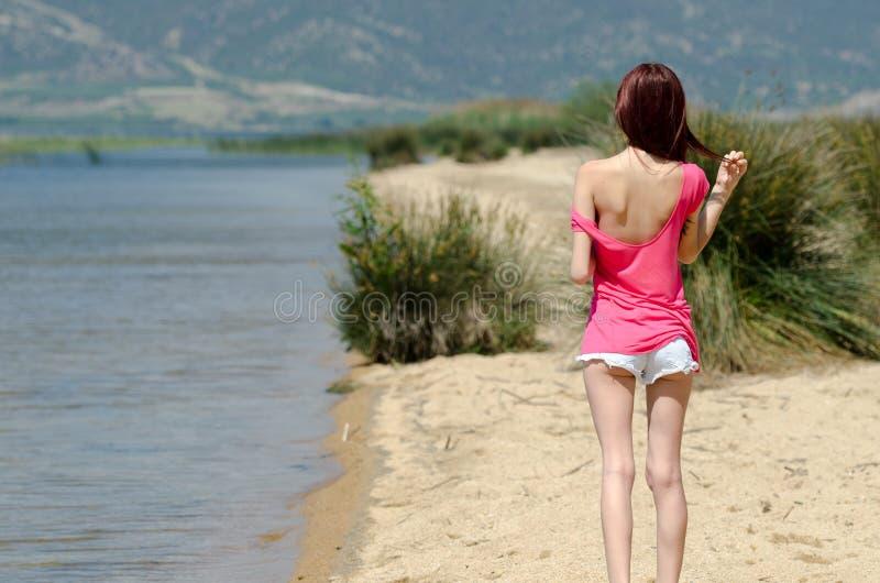 Immagine emozionale di una signora sveglia vicino ad un lago immagini stock