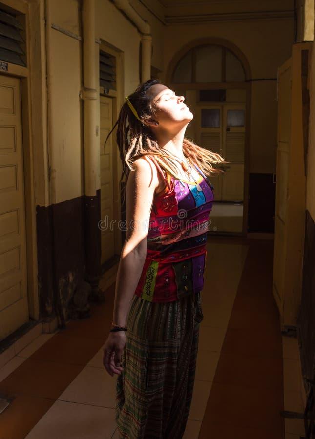 Immagine luminosa della donna di risata immagine stock
