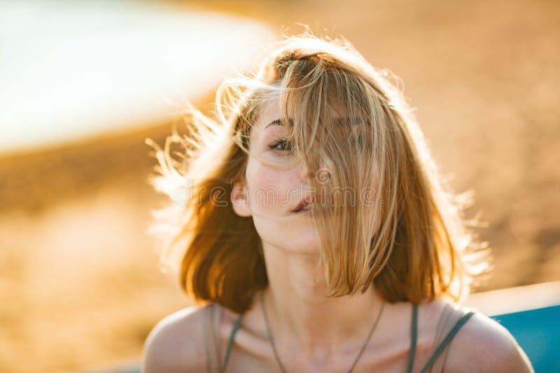 Immagine luminosa di bella donna su una spiaggia fotografia stock libera da diritti