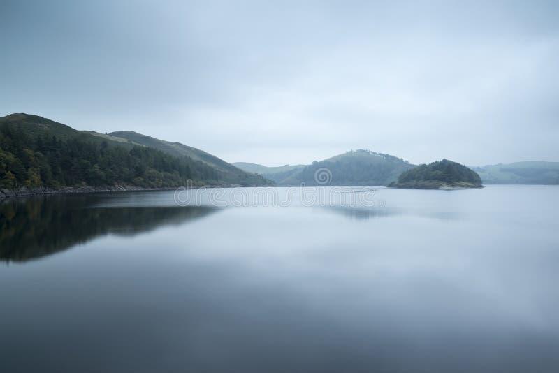 Immagine lunatica del paesaggio del lago prima dell'alba in autunno con frequentare f immagini stock