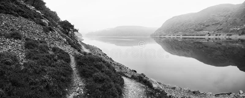 Immagine lunatica del paesaggio del lago prima dell'alba in autunno con frequentare f fotografie stock libere da diritti