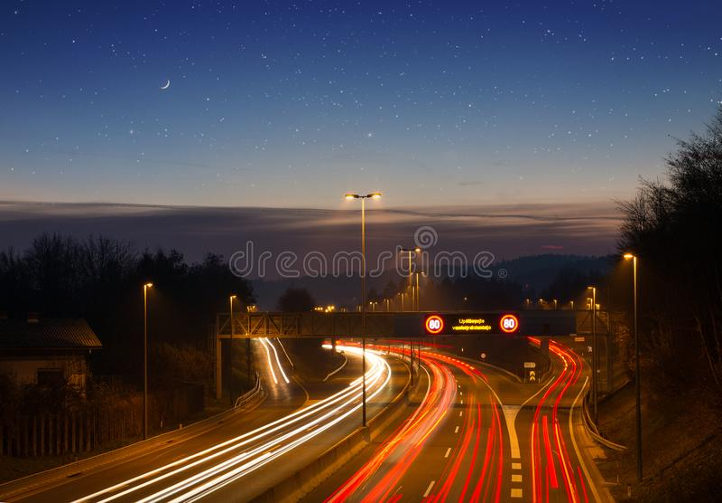Immagine lunga di esposizione di traffico alla notte immagini stock