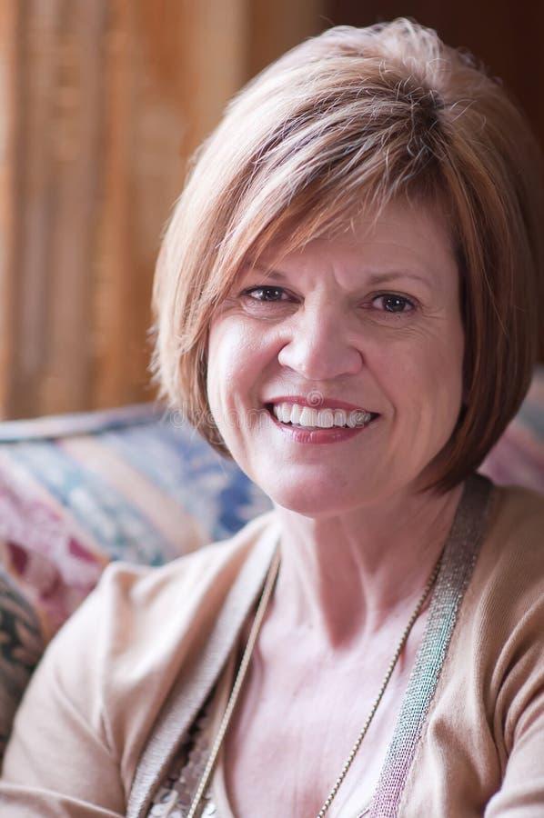 Immagine matura della donna w/positive fotografia stock
