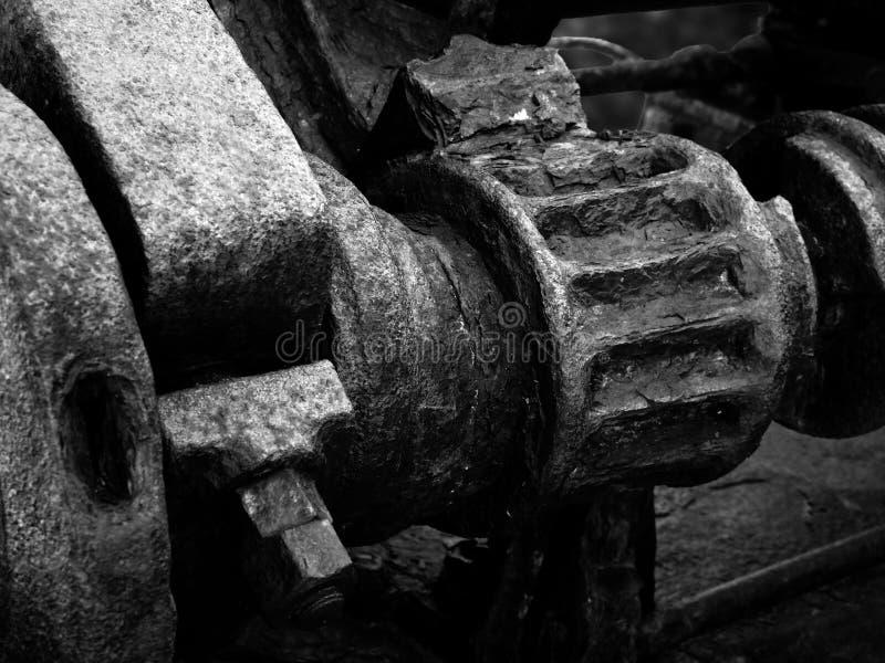 Immagine monocromatica dei denti e degli ingranaggi arrugginiti su un vecchio macchinario industriale rotto abbandonato immagine stock libera da diritti
