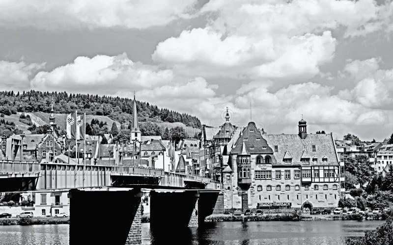 Immagine monocromatica del paesaggio urbano della città Traben-Trarbach al fiume Mosella fotografia stock libera da diritti