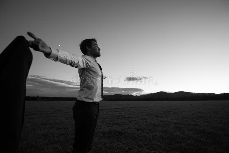 Immagine monocromatica di riuscito uomo di affari in shi bianco elegante fotografie stock