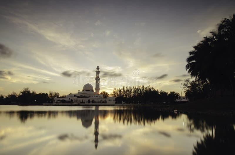 Immagine morbida del fuoco della moschea di galleggiamento iconica a Terengganu, Malesia La riflessione di bellezza sul lago e su fotografia stock libera da diritti