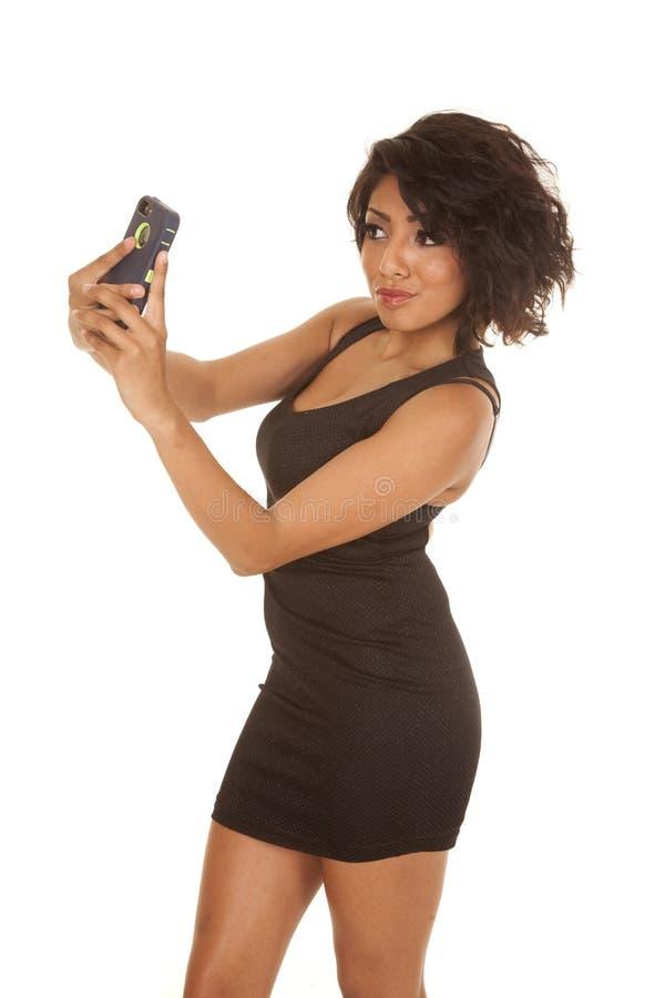 Immagine nera del telefono del vestito dalla donna breve dell'auto immagine stock libera da diritti