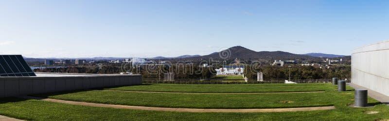 Immagine panoramica dell'orizzonte della città di Canberra preso in cima alla nuova costruzione di sede del parlamento fotografie stock libere da diritti
