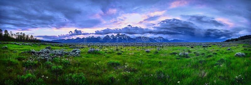 Immagine panoramica di un temporale sopra la grande catena montuosa di Teton fotografia stock libera da diritti