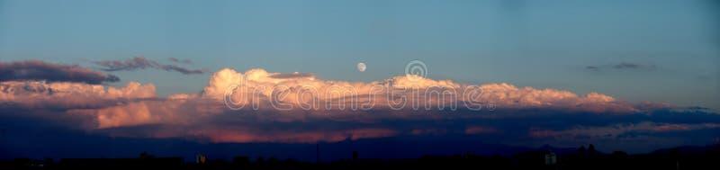 Immagine panoramica - luna piena immagini stock