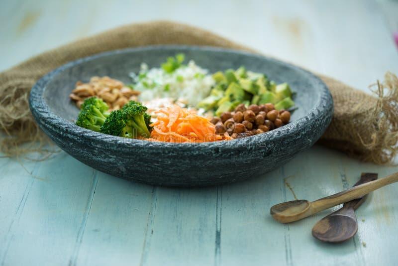 Immagine piacevole di un'insalata fresca su una tavola di legno con i cucchiai di legno fotografie stock libere da diritti