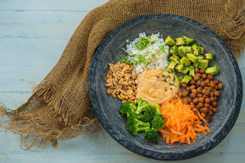 Immagine piacevole di un'insalata mista in una ciotola di Buddha fotografia stock
