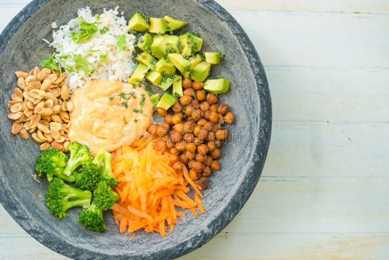 Immagine piacevole di un'insalata in una ciotola di Buddha immagine stock
