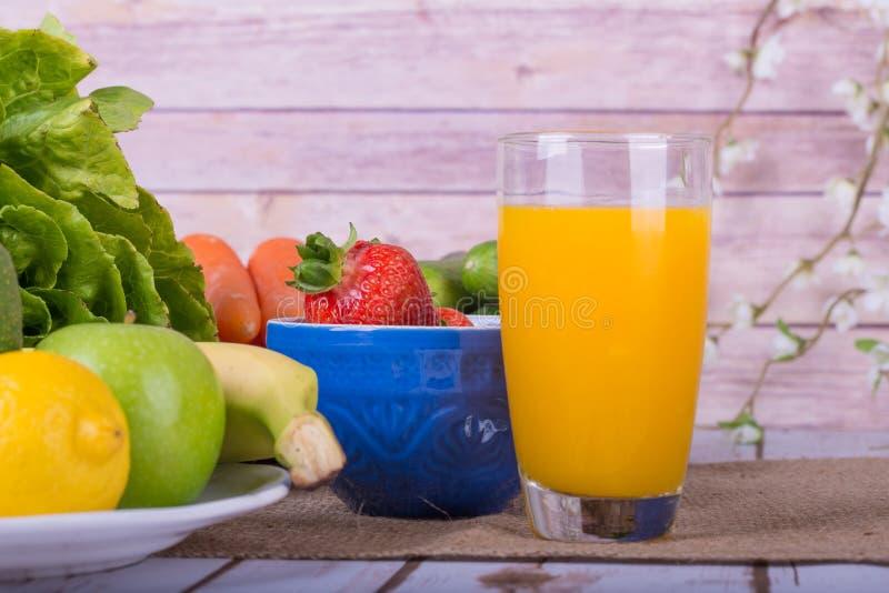 Immagine piacevole di una frutta e di un succo a base di verdura fotografia stock
