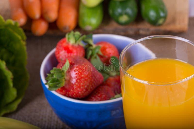Immagine piacevole di una frutta e di un succo a base di verdura immagine stock