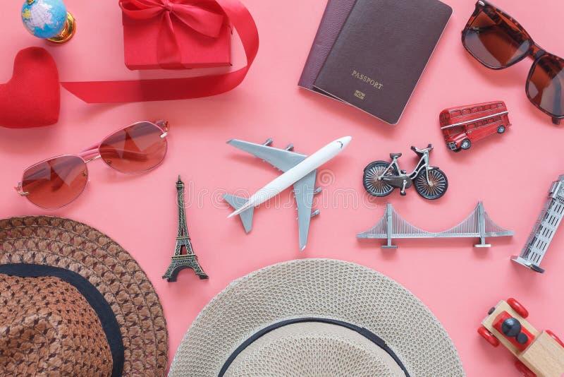 Immagine piana di disposizione delle donne accessorie dell'abbigliamento per progettare viaggio nel fondo di giorno del ` s del b fotografia stock