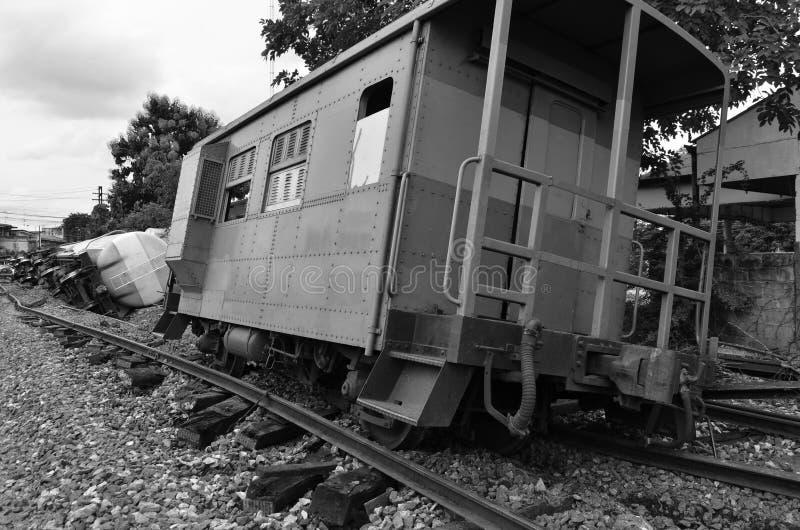 Immagine posteriore e bianca dei derails del treno immagine stock