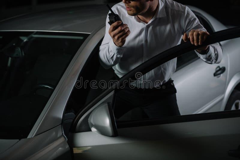 immagine potata dell'agente segreto maschio che usando il walkie del talkie fotografia stock