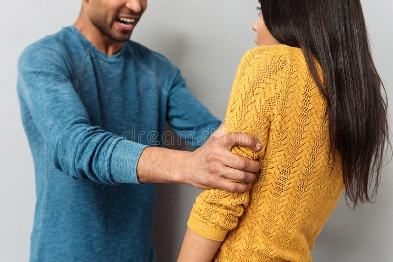 Immagine potata dell'uomo aggressivo e della donna spaventata fotografia stock
