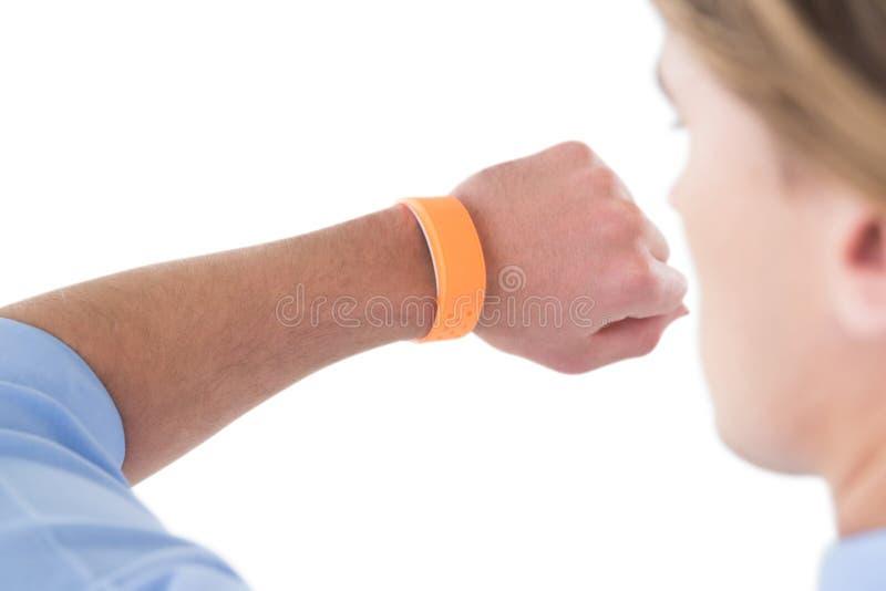 Immagine potata dell'uomo d'affari che esamina orologio astuto fotografia stock