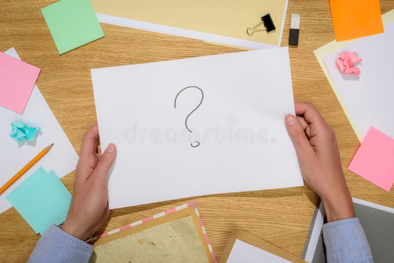 immagine potata della donna che tiene la carta con il punto interrogativo sopra la tavola con il bastone nota e cancelleria illustrazione di stock