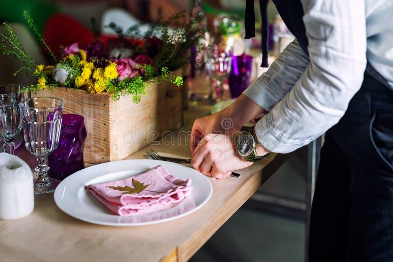 Immagine potata della ragazza che decora la tavola di cena Concetto di cottura, di professione, dell'alimento e della gente - pri immagine stock libera da diritti