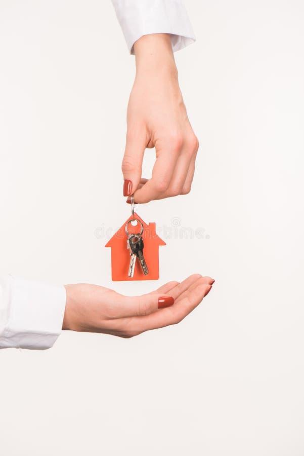 immagine potata delle mani femminili che giudicano chiave dalla casa immagine stock libera da diritti