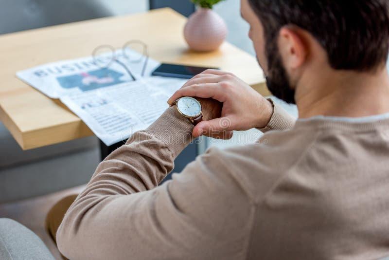 immagine potata di riunione aspettante dell'uomo d'affari in caffè e di sguardo fotografia stock libera da diritti