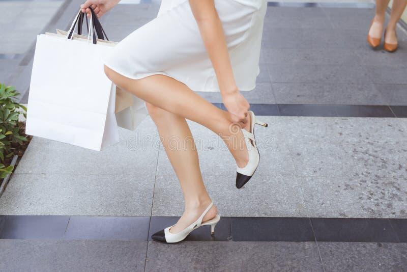 Immagine potata di un cliente femminile stanco e dei sacchetti della spesa immagine stock