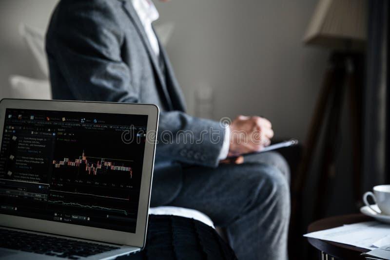 Immagine potata di un uomo d'affari che esamina alcuni documenti fotografia stock libera da diritti