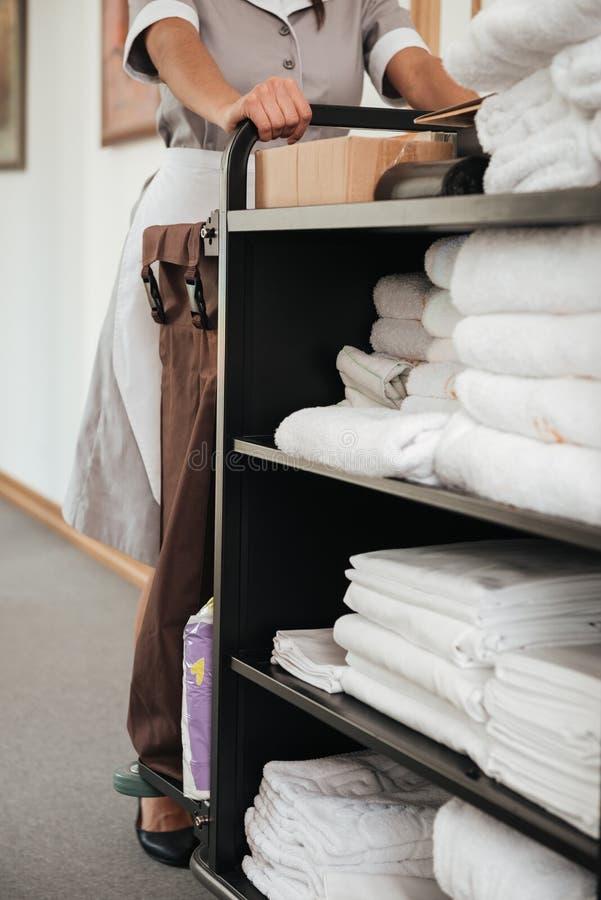 Immagine potata di una domestica con il carretto di governo della casa fotografia stock