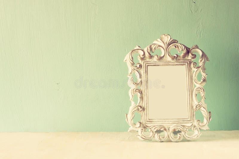 Immagine scura del telaio classico antico d'annata sulla tavola di legno Immagine filtrata fotografia stock libera da diritti