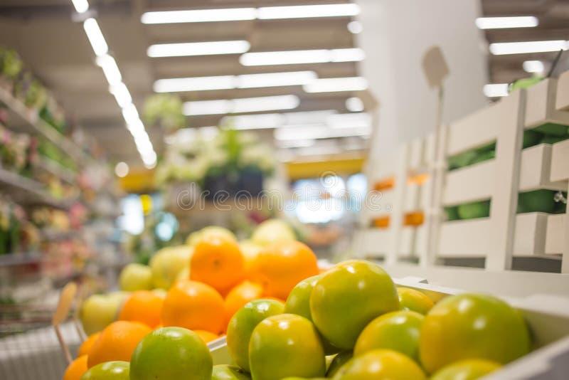 Immagine sfocata del corridoio commerciale e degli scaffali fotografie stock
