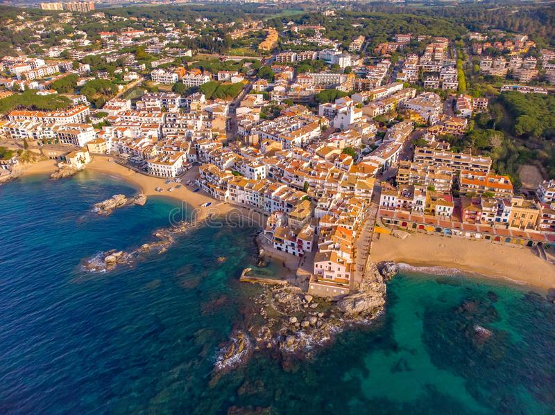 Immagine sopra Costa Brava costiero, piccolo villaggio Calella de Palafrugell del fuco della Spagna immagini stock