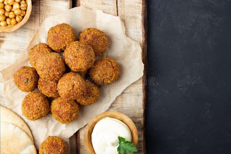 Immagine sopraelevata del falafel arabo dello spuntino sotto forma di palle del cece con le spezie fotografie stock libere da diritti