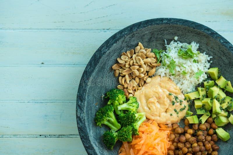 Immagine sopraelevata piacevole di un'insalata in una ciotola di Buddha fotografie stock libere da diritti