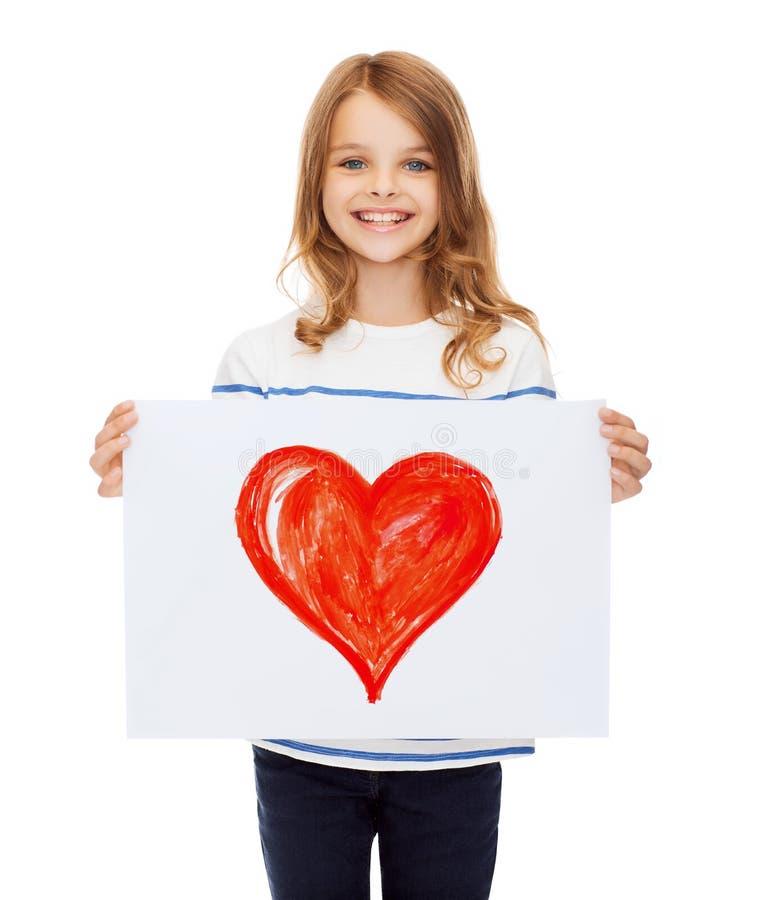 Immagine sorridente della tenuta del piccolo bambino di cuore immagini stock libere da diritti