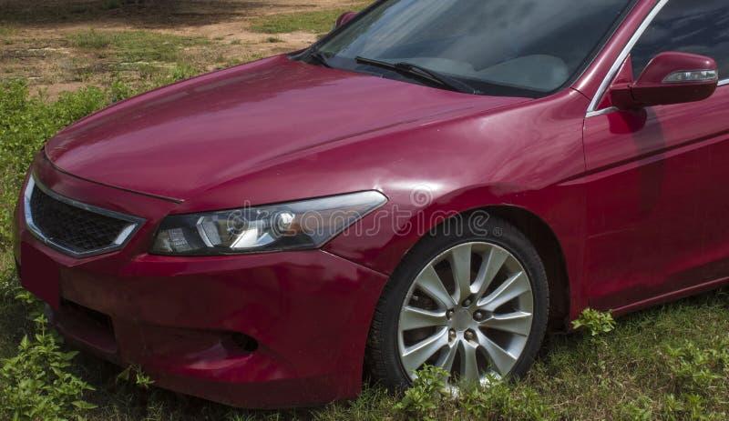Immagine sul lato anteriore dell'auto che mostra i fari adatti per illustrazione commerciale dei concetti di automobili usate fotografie stock