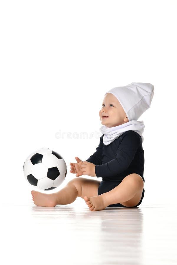 Immagine sveglia del bambino che tiene un pallone da calcio immagini stock libere da diritti