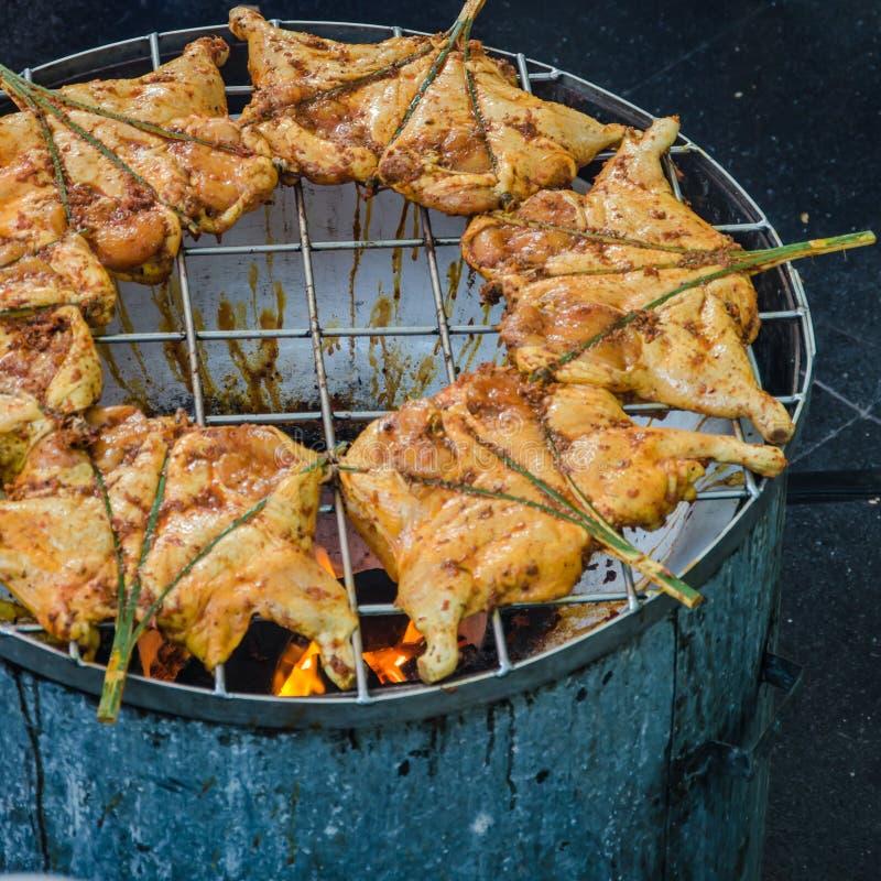 Immagine tailandese del Morbido fuoco del pollo di torrefazione dell'alimento della via immagine stock