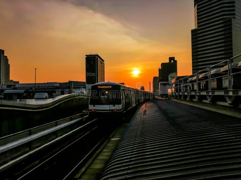 Immagine vaga - BTS, sistema di trasporto della Tailandia nella sera, per ognuno, a Bangkok, la Tailandia - Aprii 11, 2019 fotografia stock