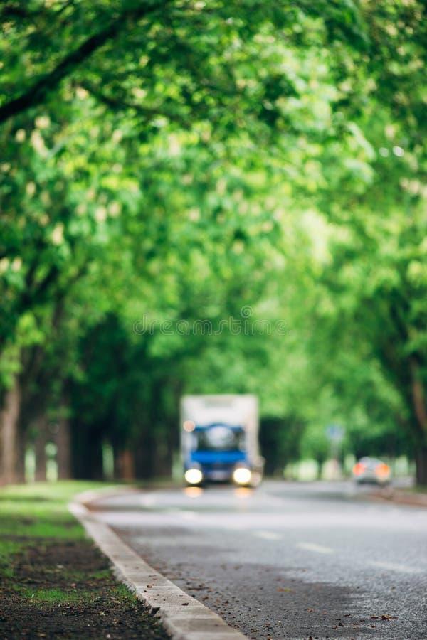 Immagine vaga del camion che guida sulla strada asfaltata fotografie stock libere da diritti